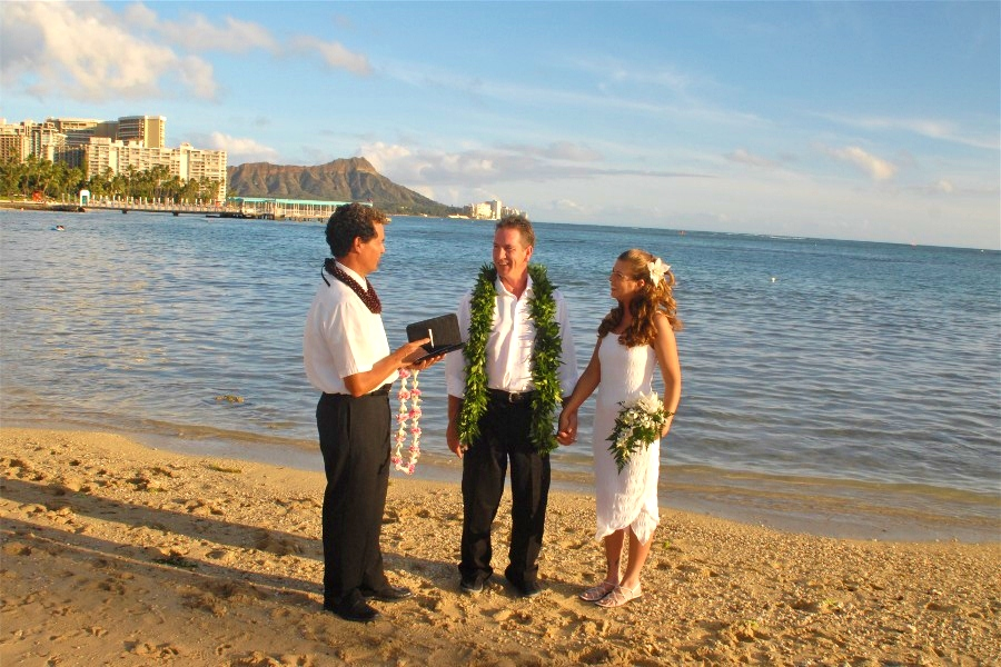 Thanks to Daniel Terri for sharing their Waikiki Beach Wedding photos with
